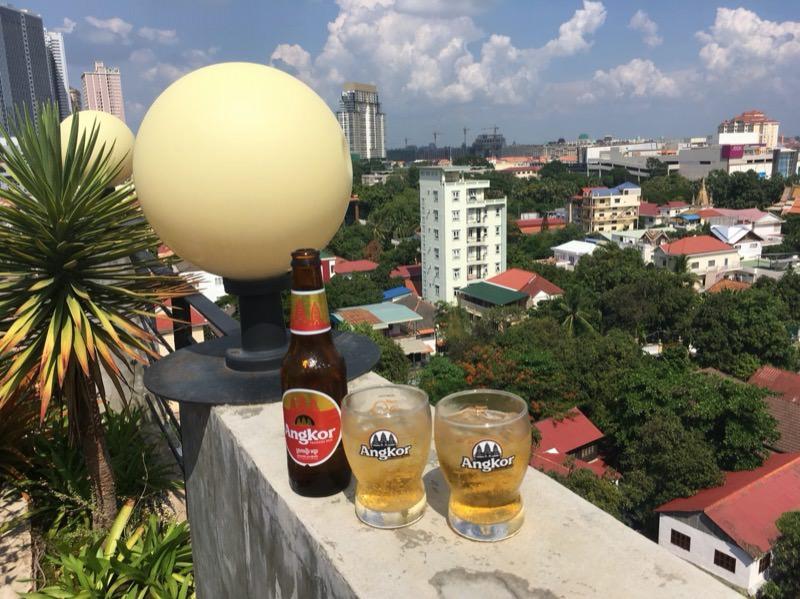 ホテルの屋上でビール