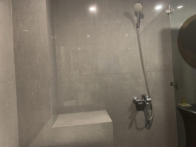 バスタブと分離したシャワー